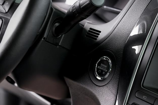 Close up bouton d'arrêt de démarrage et interrupteur d'essuie-glace à l'intérieur d'une nouvelle voiture