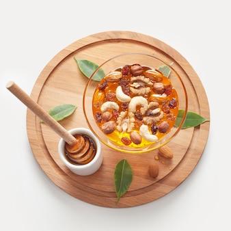 Close-up bowl avec du miel et des noix