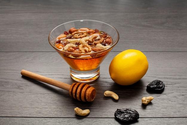 Close-up bowl rempli de miel et de noix