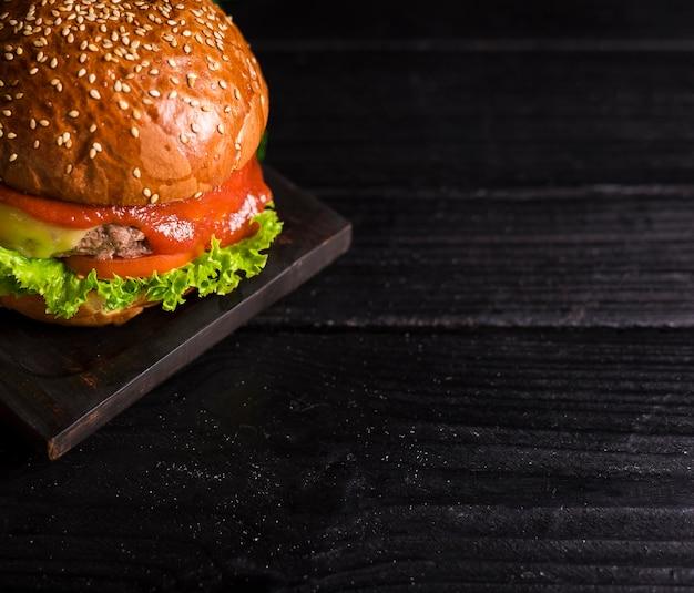 Close-up burger classique avec du ketchup et de la laitue