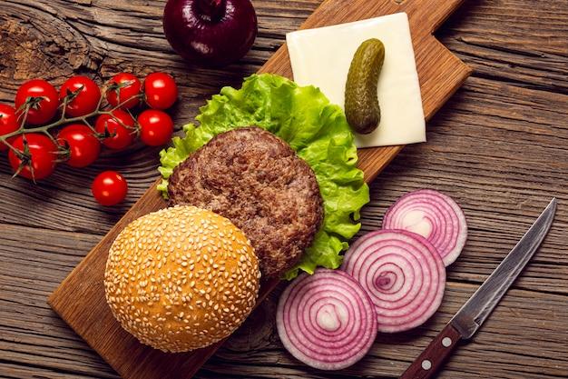 Close-up burger ingrédients sur une planche à découper