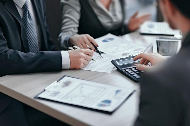 Close up.business team analysant les données financières. travail en équipe