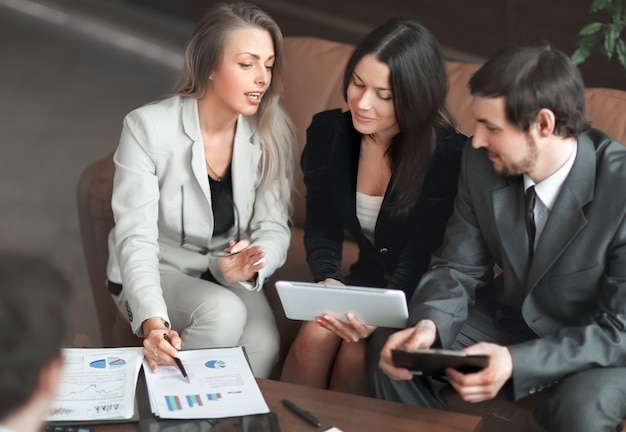 Close up.business woman et business team discutant du rapport financier.