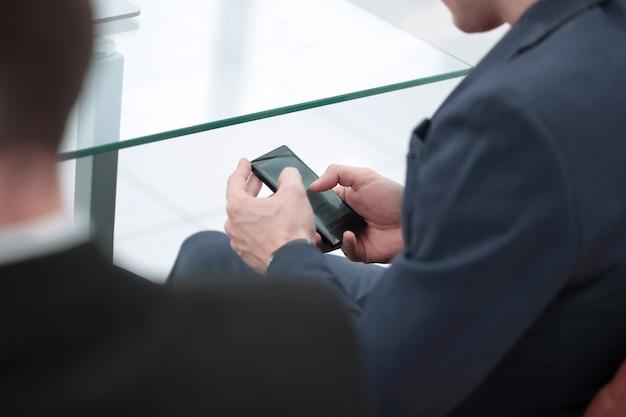 Close up.businessman tapant sur un smartphone. les gens et la technologie