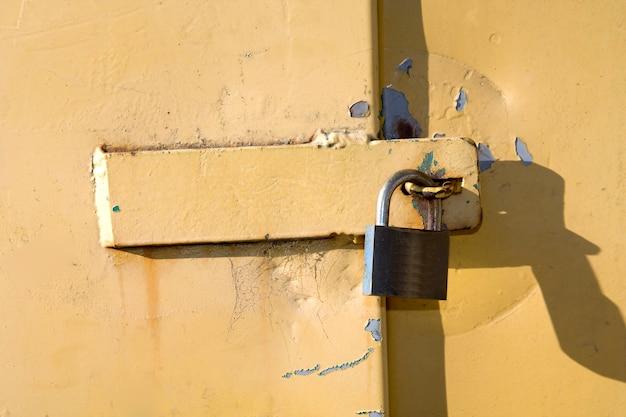 Close up de cadenas sur une porte jaune