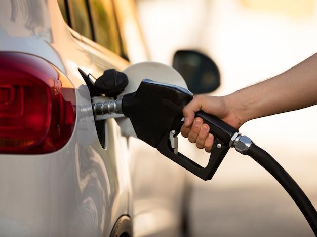 Close up car à la station-service remplie de carburant