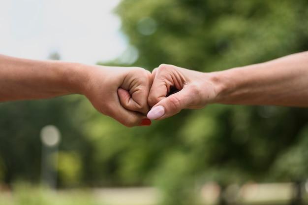 Close-up célébrant l'amitié avec les poings