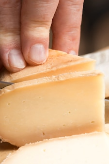 Close up chef coupe le fromage