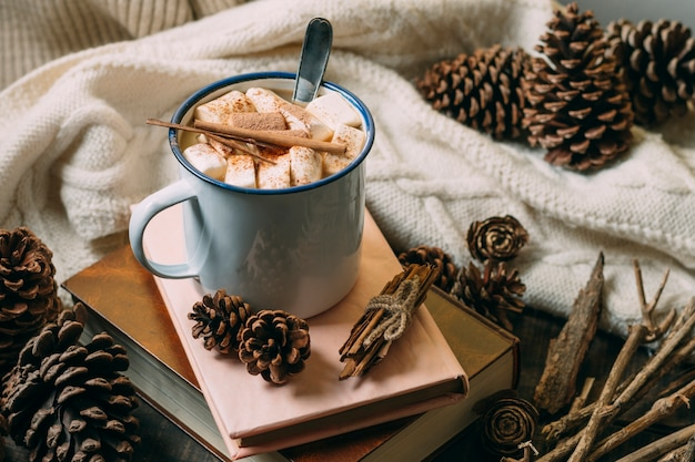 Close-up chocolat chaud avec des livres