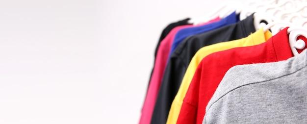 Close up collection de t-shirts colorés suspendus avec espace copie.