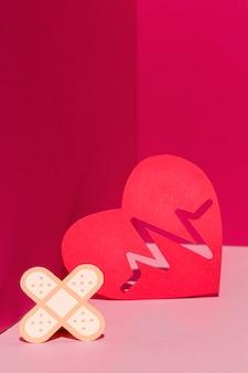 Close-up concept de la journée mondiale du cœur avec pansement