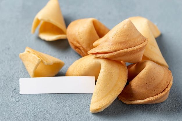 Close-up cookies de fortune avec note vide