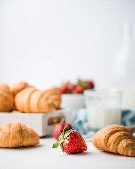 Close-up croissants faits maison avec des fraises