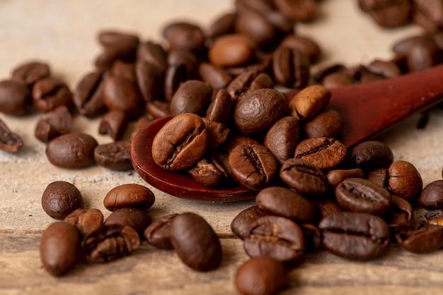 Close-up cuillère avec des grains de café torréfiés