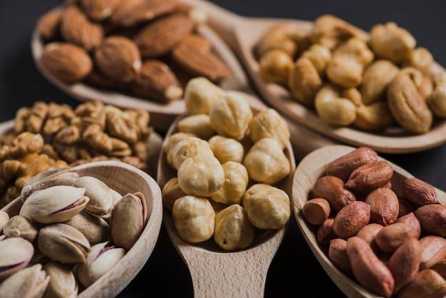 Close-up de délicieuses noix en cuillères