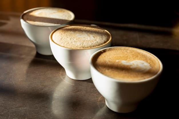 Close-up de délicieuses tasses de cafés biologiques