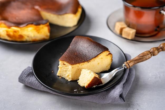 Close up de délicieux et crémeux gâteau au fromage brûlé basque