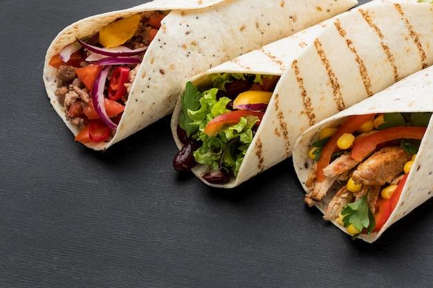 Close-up délicieux enveloppements de tortilla avec du persil