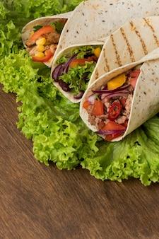 Close-up délicieux enveloppements de tortilla avec de la viande