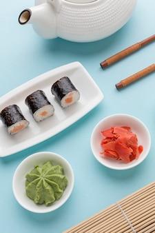 Close-up délicieux rouleaux de sushi au wasabi