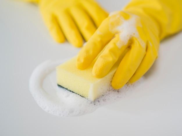 Close-up désinfection maison avec éponge