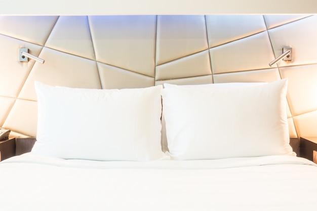 Close-up de deux oreillers avec des couvertures blanches