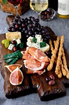 Close up de différents types de collations gastronomiques prêtes à être servies