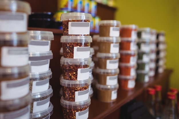 Close-up de divers pots d'épices disposés sur une étagère