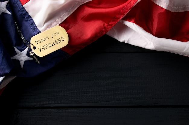 Close up drapeau américain avec étiquette merci vétérans gravé