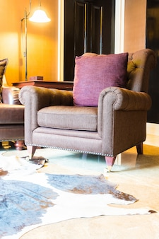Close-up du fauteuil vintage avec un coussin