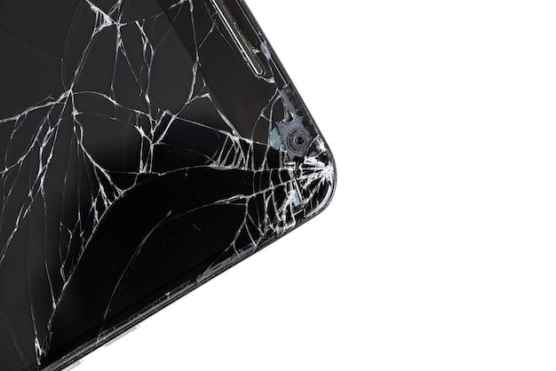Close-up de l'écran du smartphone brisé isolé sur fond blanc
