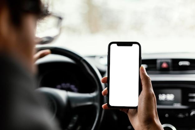 Close up écran vide mobile dans la voiture