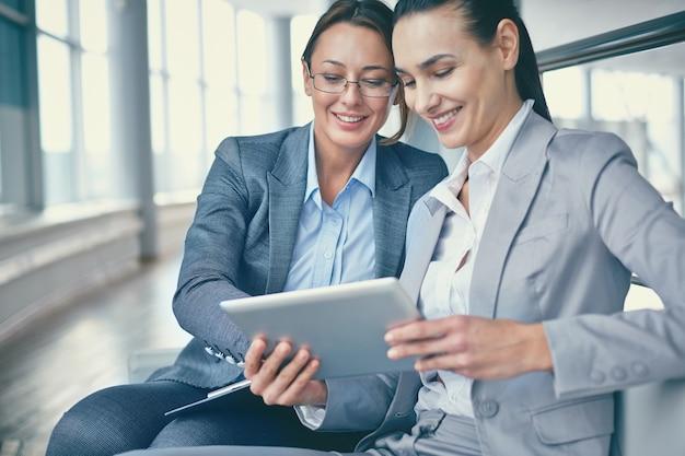 Close-up des entrepreneurs travaillant avec une tablette