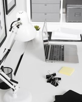 Close-up espace de travail bien rangé avec ordinateur portable