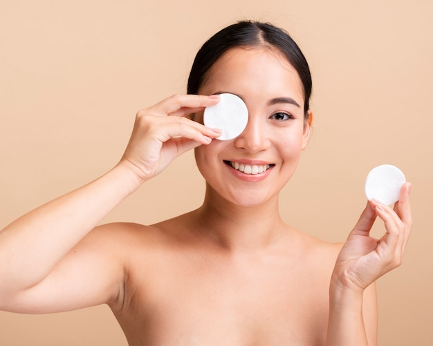 Close-up femme asiatique avec des tampons de coton