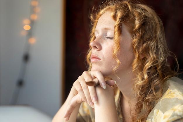 Close-up femme aux yeux fermés