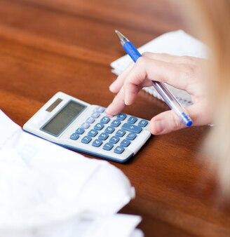 Close-up d'une femme blonde qui paie ses factures