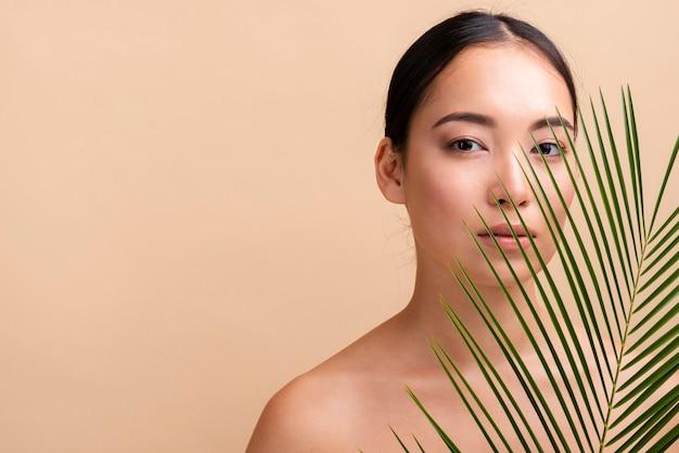 Close-up femme brune avec copie-espace