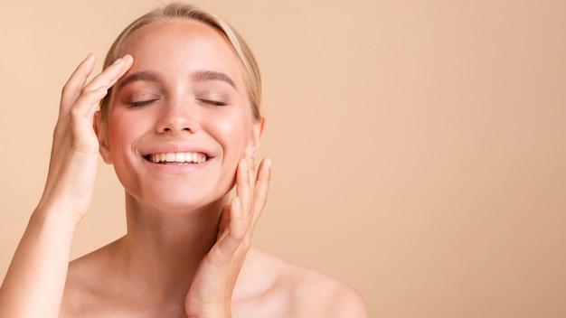Close-up femme heureuse avec copie-espace posant