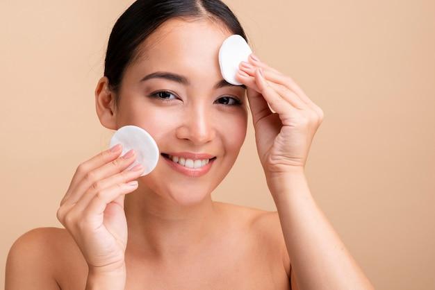 Close-up femme heureuse avec des tampons de coton