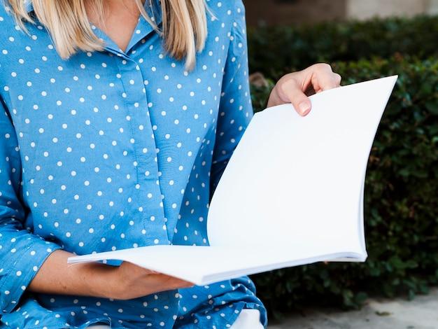 Close-up femme lisant un magazine de maquette