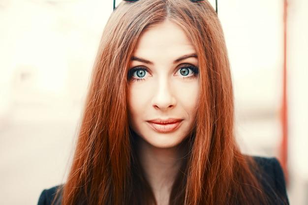 Close-up de la femme rousse aux grands yeux