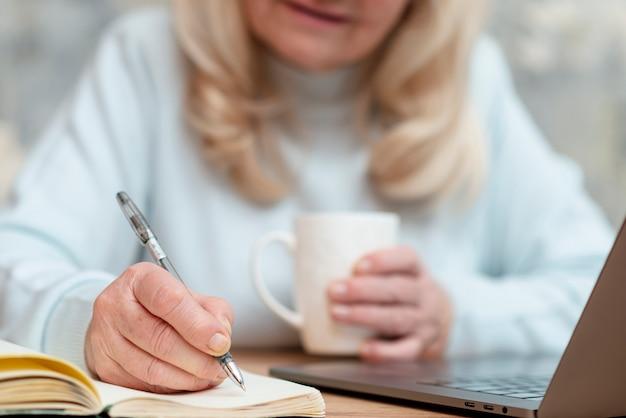 Close-up femme travaillant à domicile