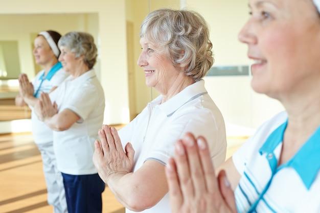 Close-up des femmes à faire des exercices de relaxation