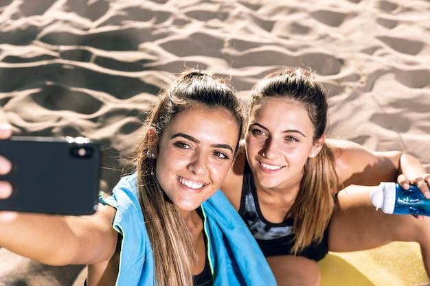 Close-up femmes prenant un selfie après avoir fait du jogging