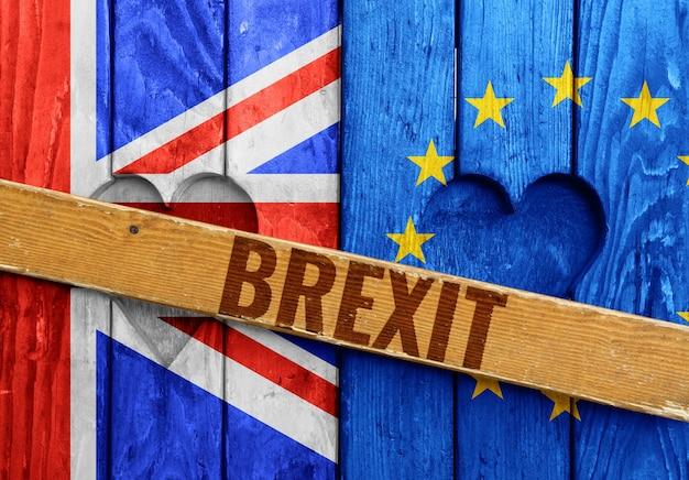 Close up fermé volets en bois avec des formes de coeur, des drapeaux du royaume-uni et de l'ue peints comme symbole du brexit