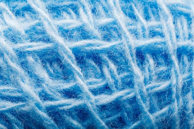 Close-up de fil de laine avec des fils bleus pour la couture