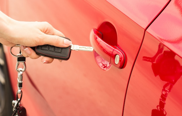 Close-up, fille ouvre la voiture de porte à clé