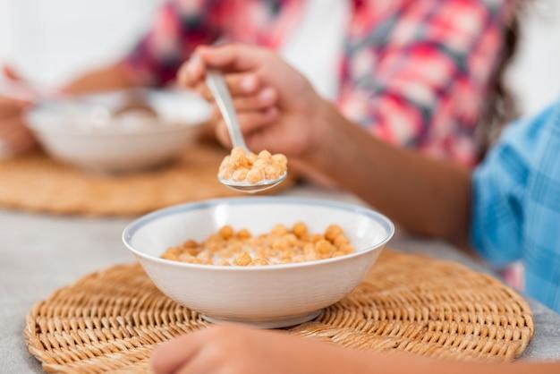 Close-up fratrie à la maison prenant son petit déjeuner
