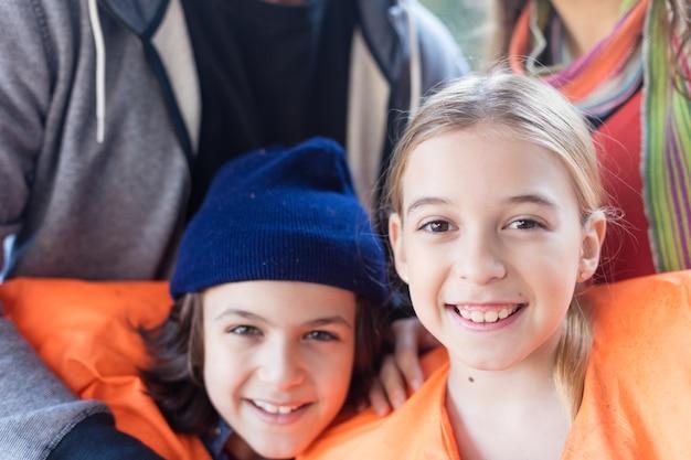Close-up de frères et sœurs heureux avec des gilets de sauvetage